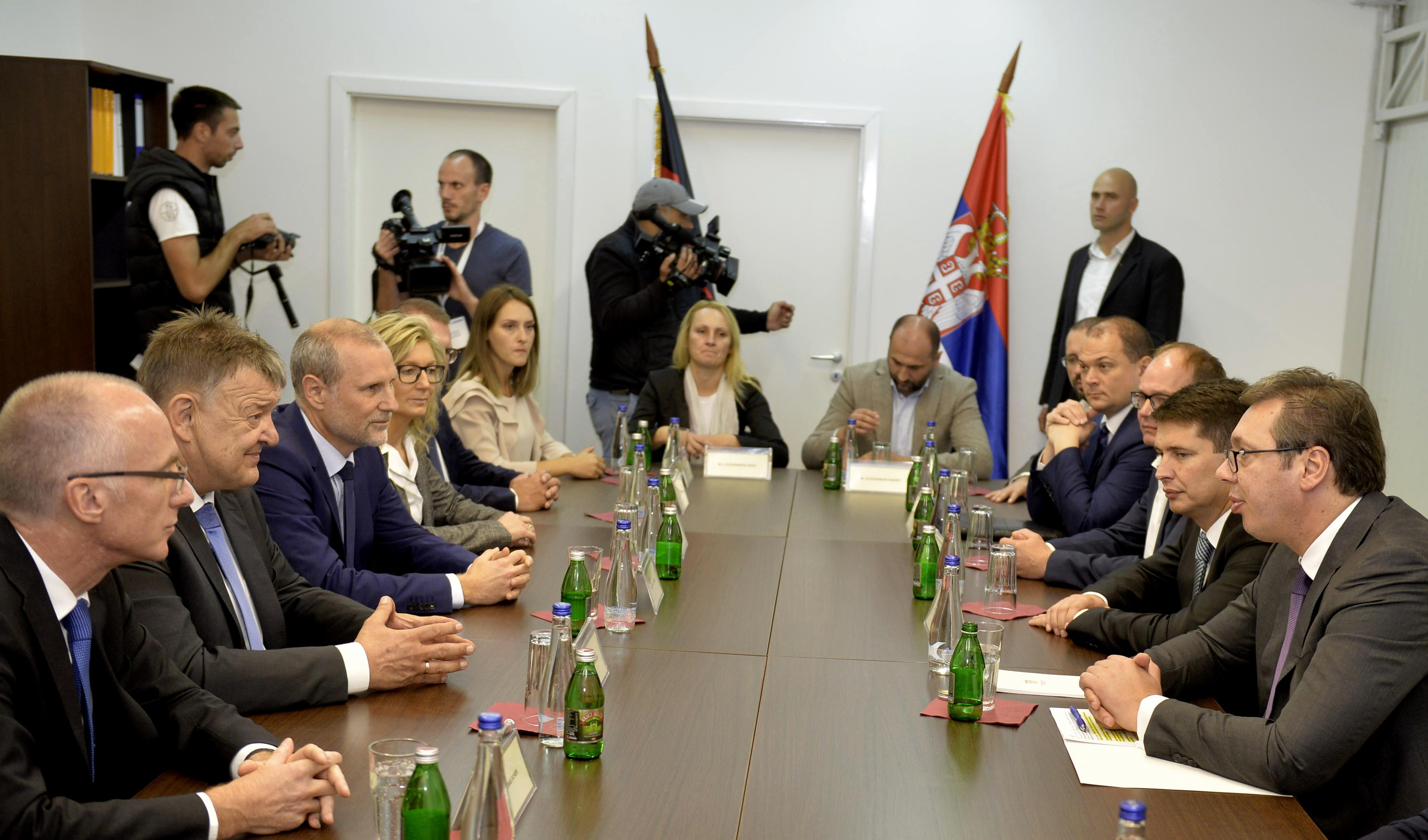 Председник Србије Александар Вучић са представницима компаније Леони