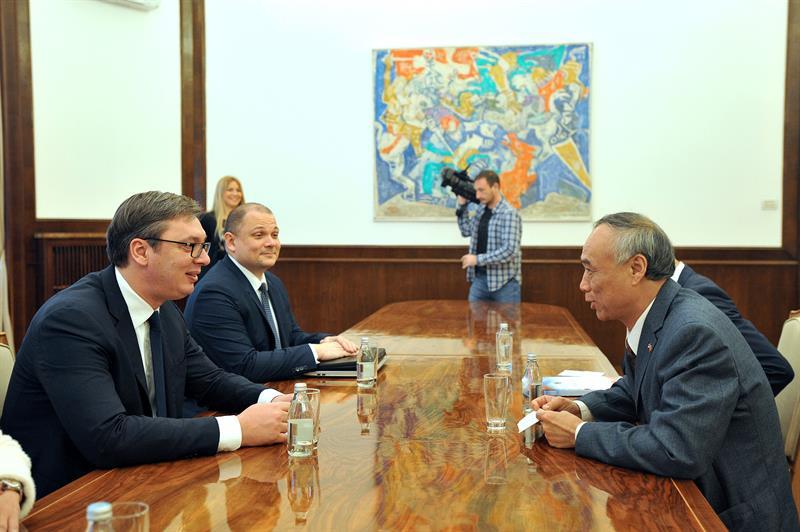Predsednik Srbije Aleksandar Vucic primio je u oprostajnu posetu ambasadora Kine Li Mancanga.