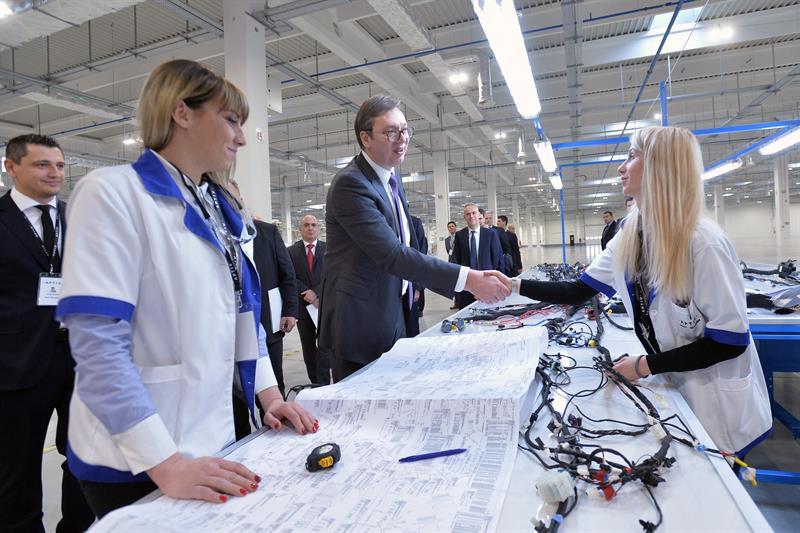 """Председник Србије Александар Вучић је изјавио данас на отварању фабрике """"Aptive Packard"""" за производњу електроинсталација за аутоиндустрију да ће у њој бити запослено укупно 3.000 људи у наредних годину и по дана"""