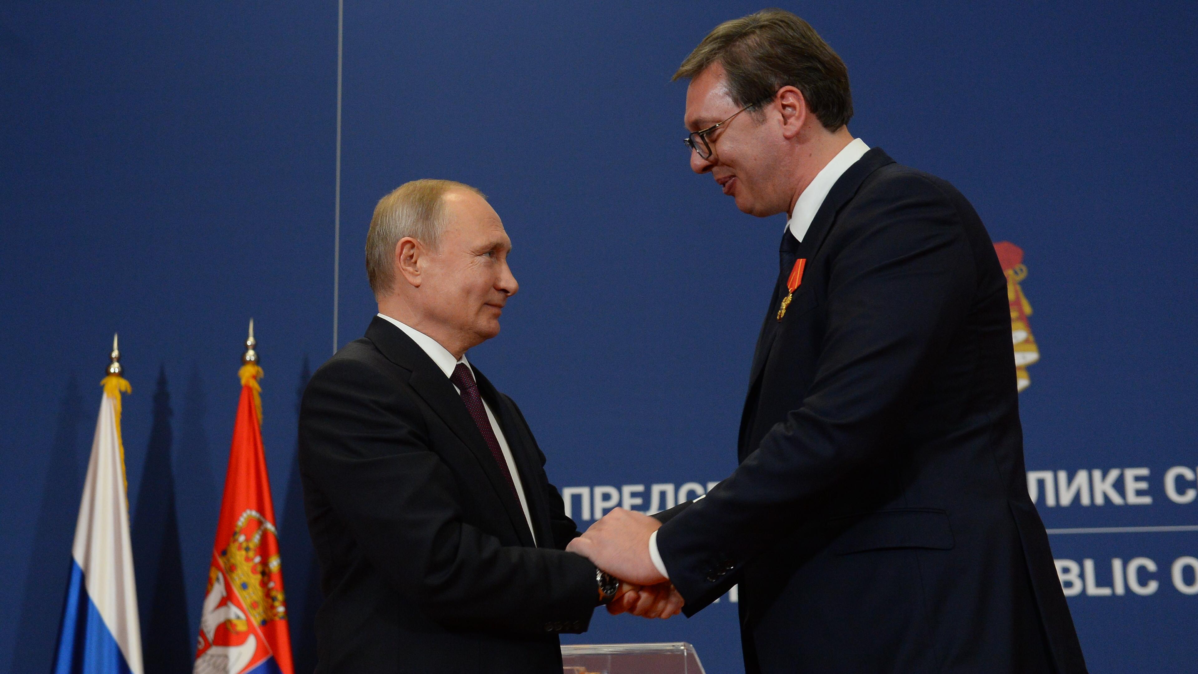 Ruski predsednik Vladimir Putin urucio je predsedniku Srbije Aleksandru Vucicu Orden Aleksandra Nevskog.