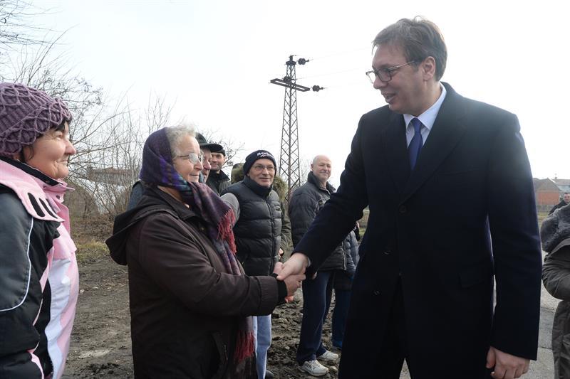 """U okviru kampanje """"Buducnost Srbije"""" predsednik Aleksandar Vucic obisao je postrojenje za preradu vode za grad Vrsac, koje se nalazi u naseljenom mestu Pavlis, koje je na istoimenom izvoristu podzemne vode. Predsednistvo Srbije"""