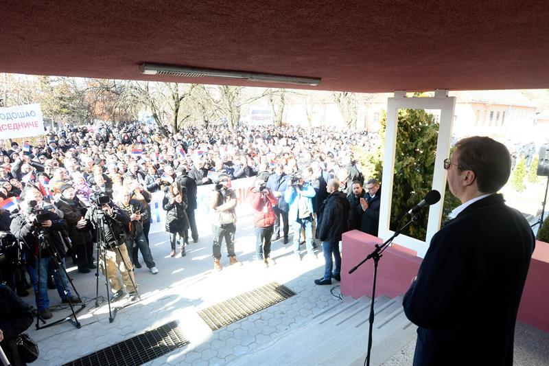 """Predsednik Aleksandar Vucic nastavio je danas kampanju """"Buducnost Srbije"""" obilaskom Rasinskog okruga, a nakon posete Stalacu, je obisao OS """"Jovan Kursula"""" i Srednju skolu Varvarin."""