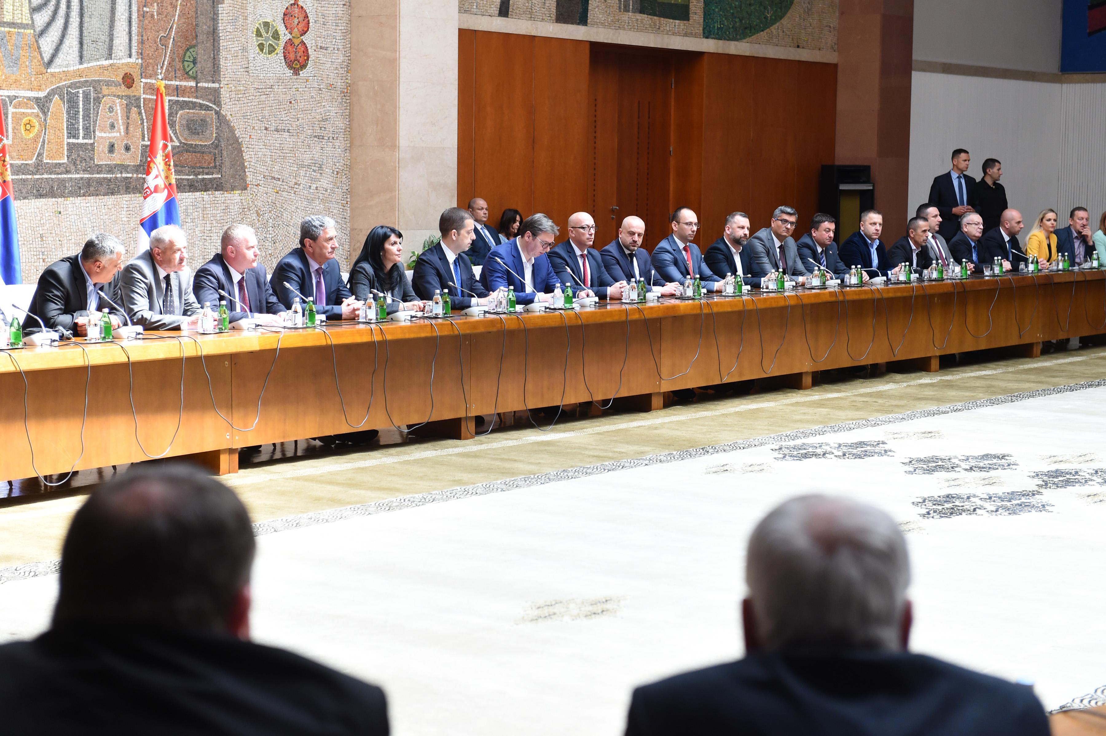 Predsednik Aleksandar Vucic sastao se danas u Beogradu sa politickim predstavnicima Srba sa Kosova i Metohije, povodom raspisivanja izbora u cetiri srpske opstine na severu KiM.