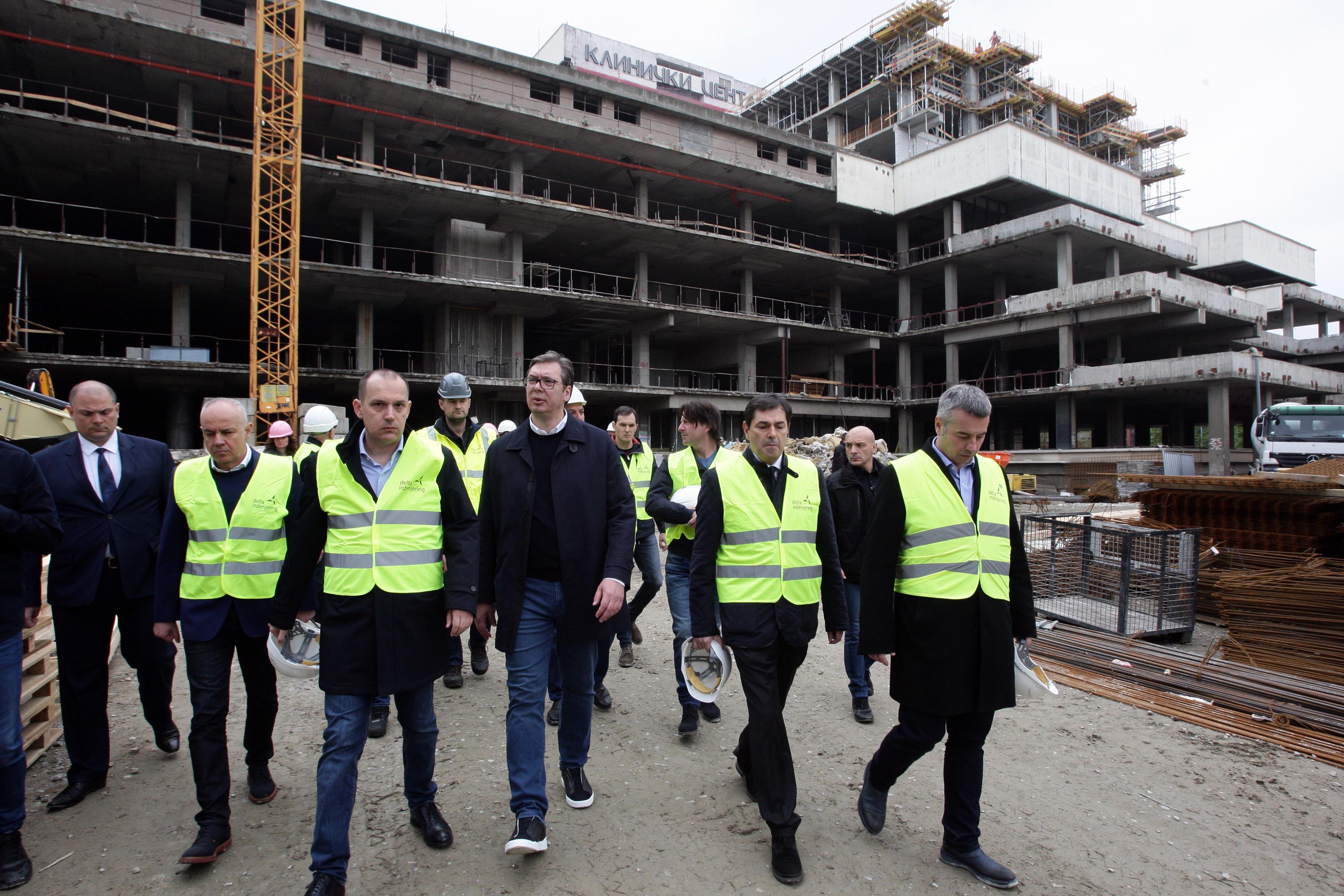 Predsednik Srbije Aleksandar Vucic sa ministrom zdravlja Zlatiborom Lonacar u poseti Klinickom centru Srbije.