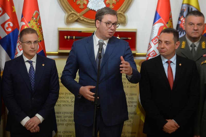 Председник Србије Александар Вучић на састанку са министрима и припадницима ВС.