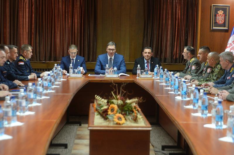 Председник Србије Александар Вучић са министрима и представницима војске и полиције.