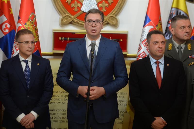Председник Србије Александар Вучић са министрима.