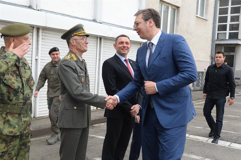 Председник Србије Александар Вучић са министрима и представницима ВС.