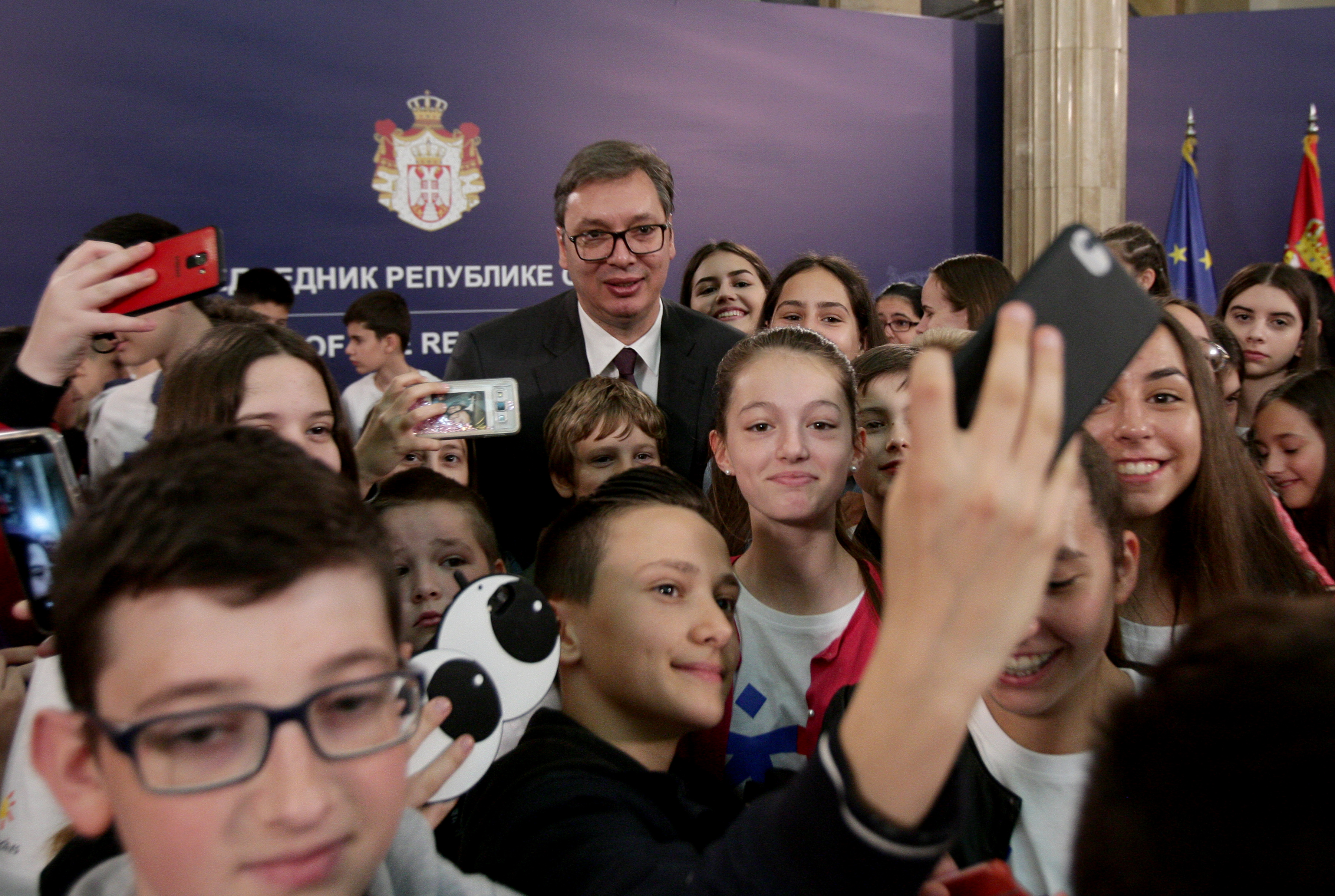 Aleksandar Vucic sa srpskom decom iz dijaspore.