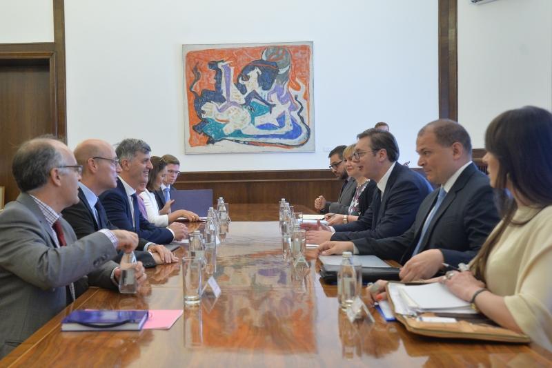 Председник Србије Александар Вучић са представницима Народне скупштине Француске.