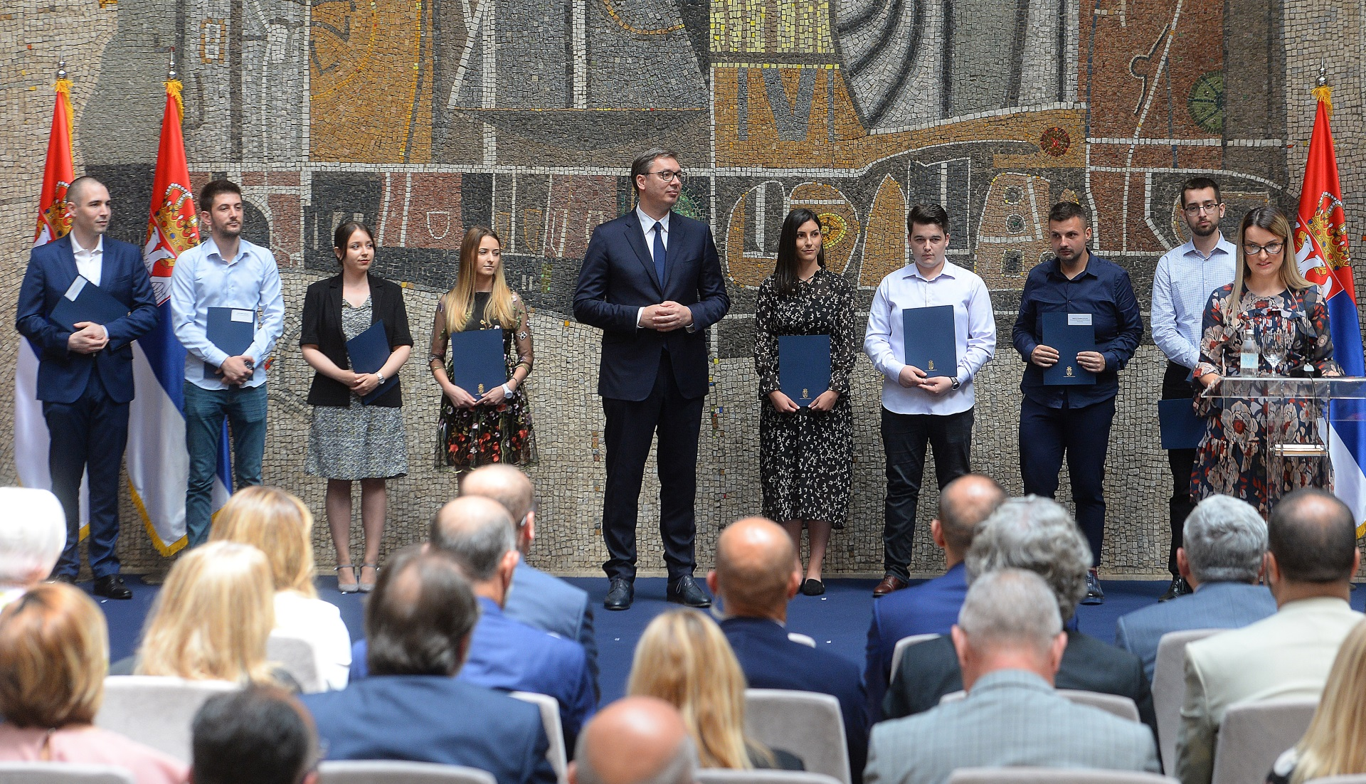 Najbolji diplomci medicinskih fakulteta, kao i srednjih medicinskih skola u Srbiji dobija danas ugovore o radu, a ugovore im svecano urucuje predsednik Aleksandar Vucic.