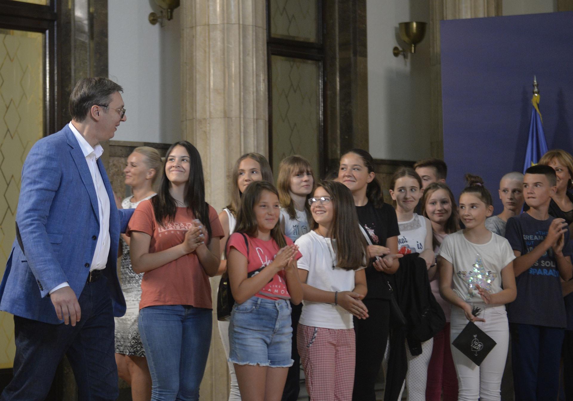 Predsednik Aleksandar Vucic ugostio je danas u zdanju na Andricevom vencu decu iz osnovnih skola sa severa Kosova i Metohije.