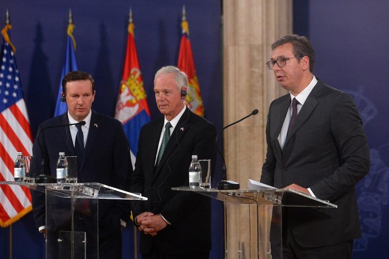 Председник Србије Александар Вучић са сенаторима Роном Џонсоном и Kрисом Марфијем.