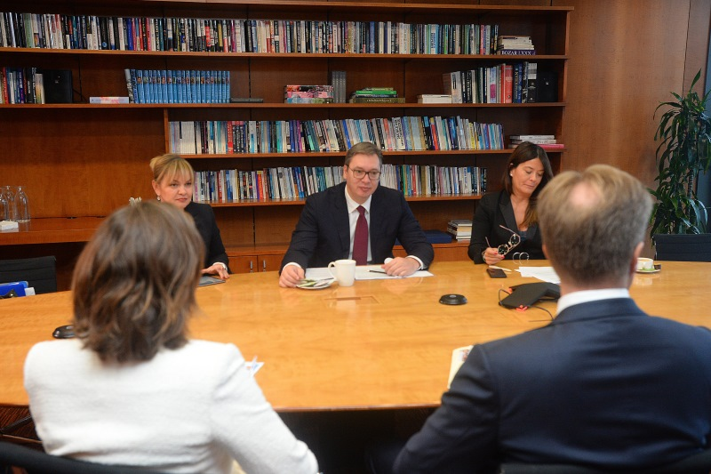 Председник Србије Александар Вучић са Бергеом Брендеом и Мартином Ларкин.