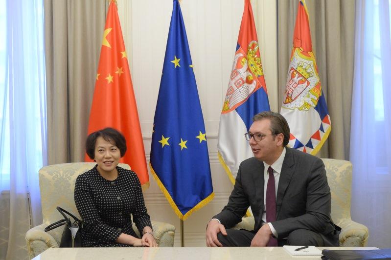 Председник Србије Александар Вучић са амбасадорком Кине Чен Бо.