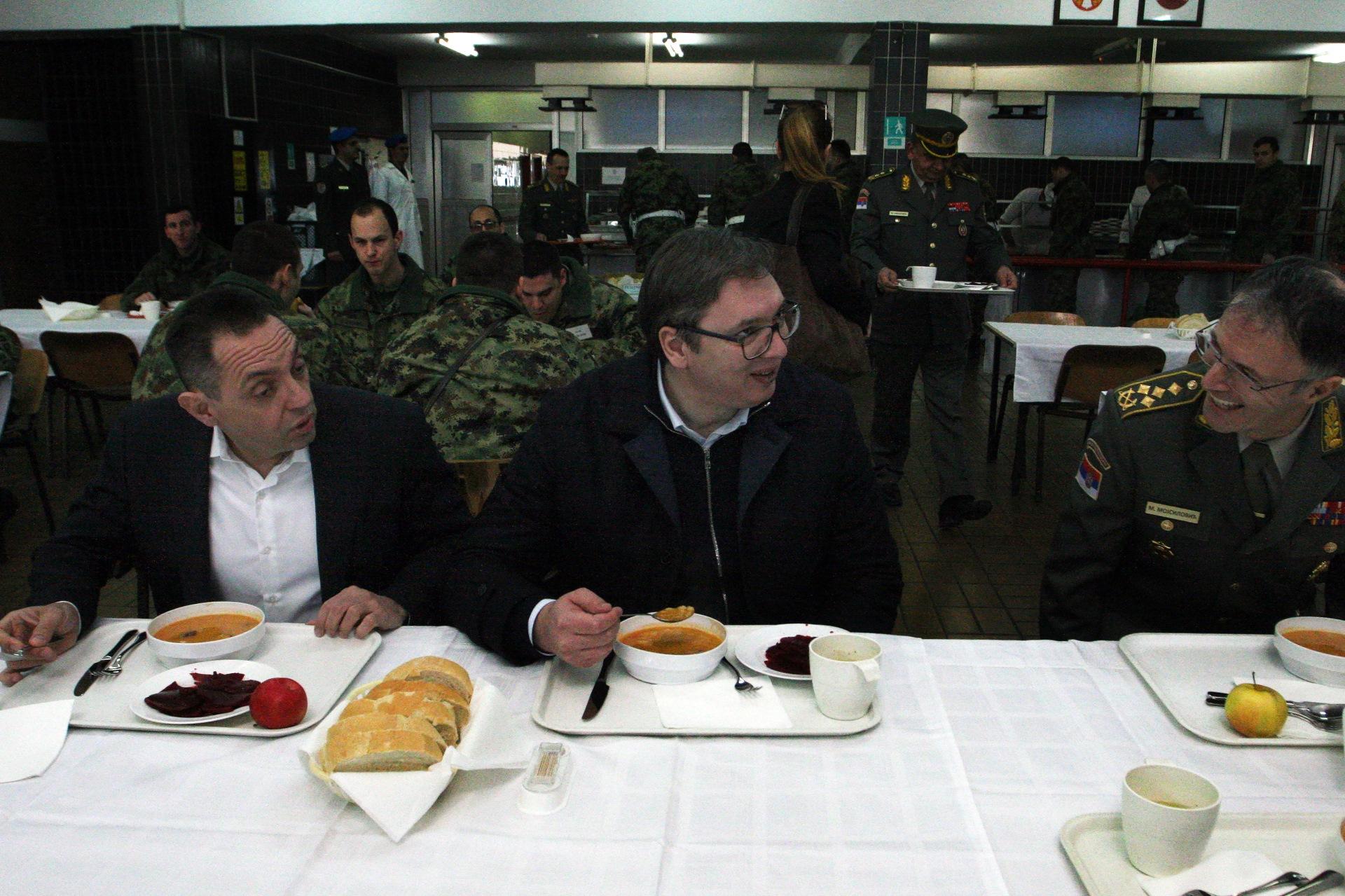 Председник Србије Александар Вучић посетио је војнике на Топчидеру,