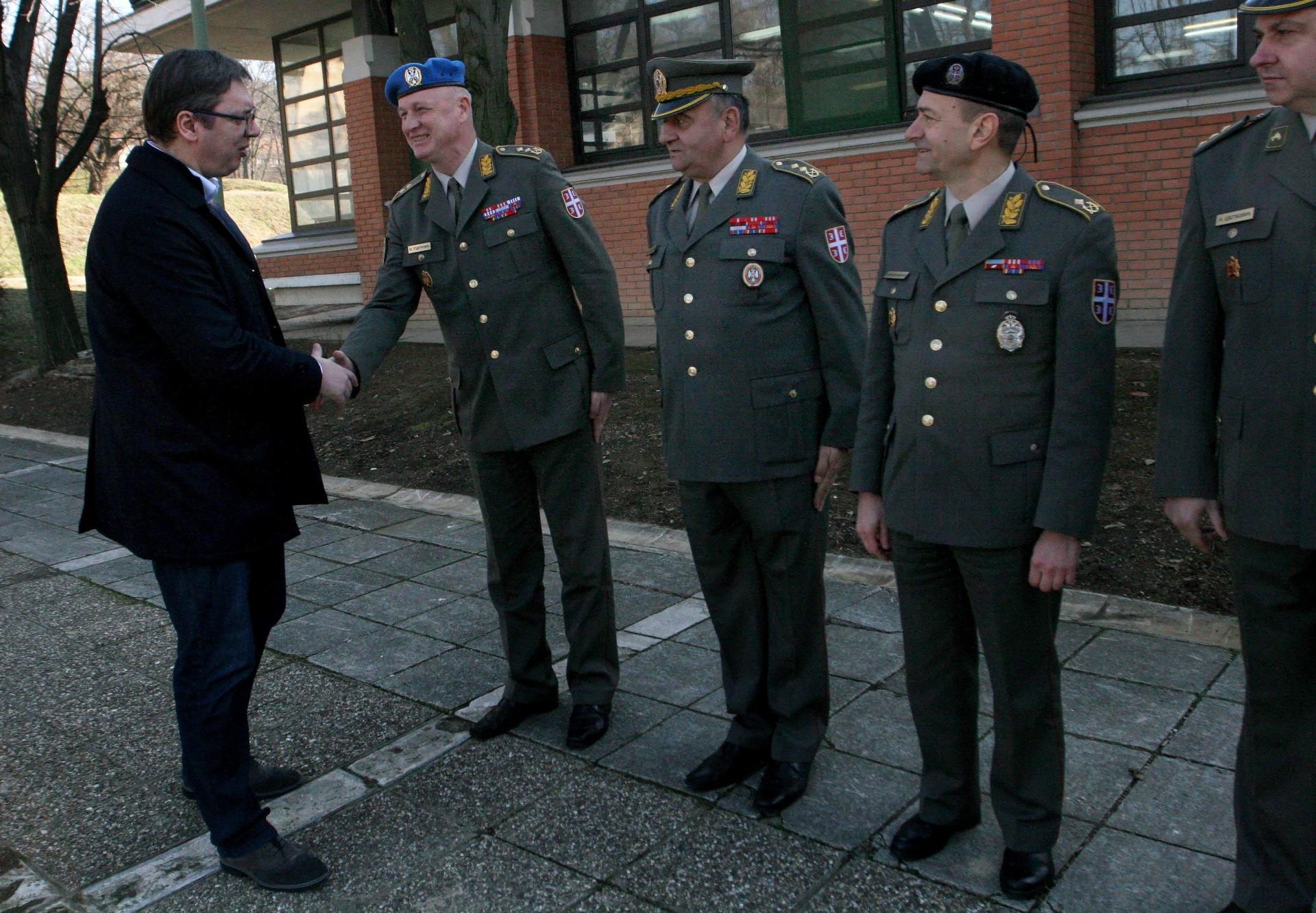 Председник Србије Александар Вучић у посети војницима на Топчидеру.