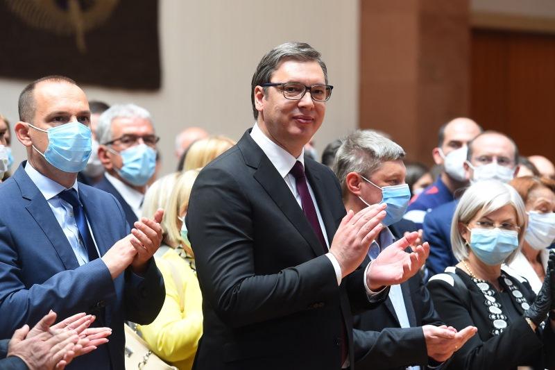 Председник Србије Александар Вучић са медицинским радницима који су били ангажовани у ковид болницама.