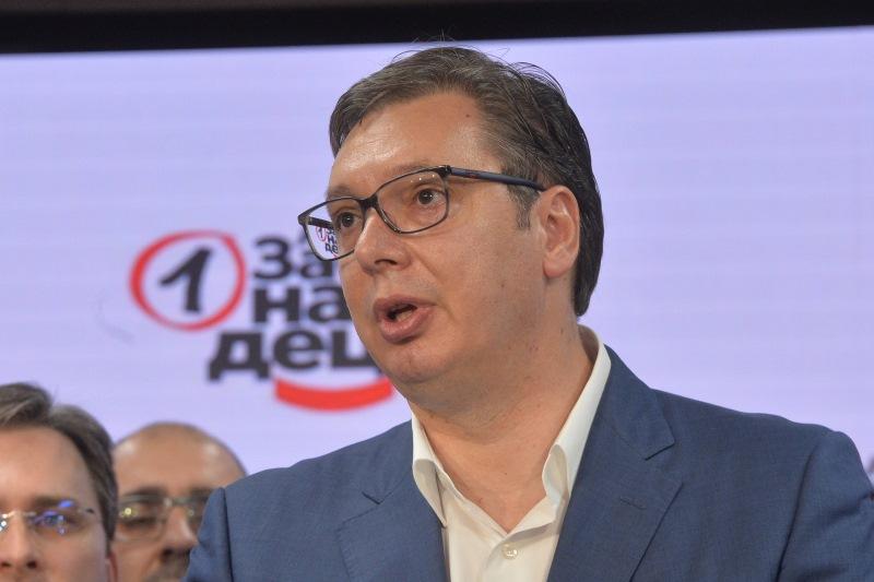 Predsednik SNS Aleksandar Vucic slavi pobedu na izborima u izbornom stabu Srpske napredne stranke.