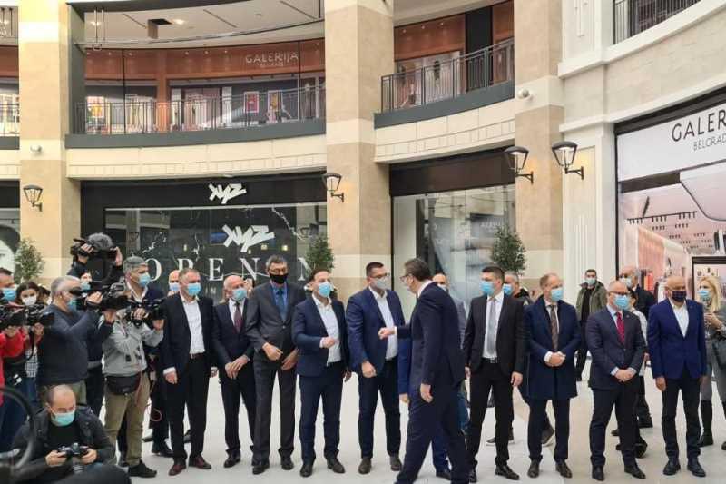 """Predsednik Vucic se zahvalio i partnerima, kompaniji """"Igl hils"""" i Muhamedu Al Abaru, na ulozenom trudu i energiji, jer je u dizajnerskom smislu izgradjen jedan od najnaprednjih i najbolјih šoping centara u Evropi."""