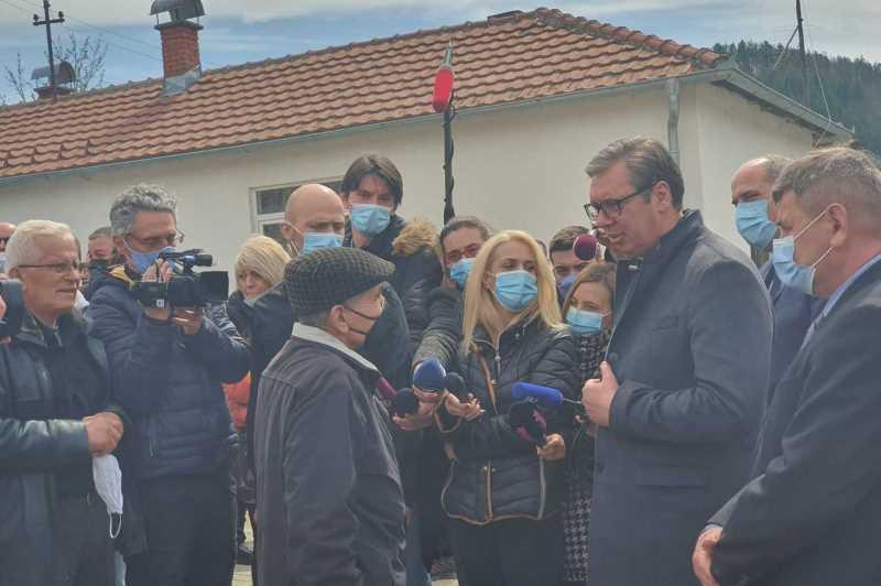 Председник Србије Александар Вучић у разговору са грађанима у Рудној Глави.