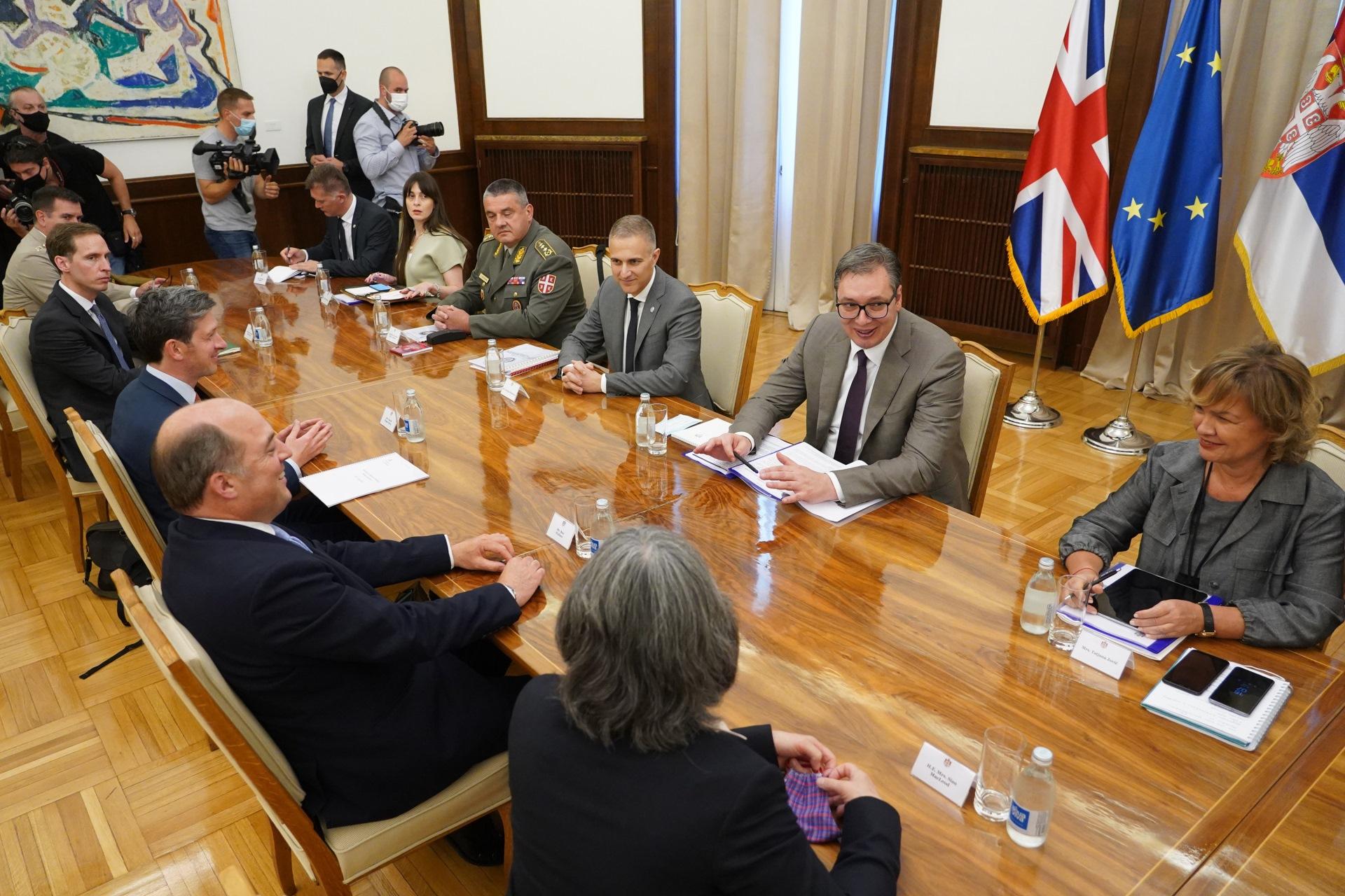 Predsednik Srbije Aleksandar Vucic razgovarao sa ministrom odbrane Ujedinjenog Kraljevstva