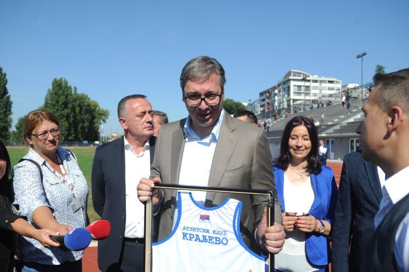 Председник Александар Вучић поручио је данас у Kраљеву, на обиласку реновираног атлетског стадиона, да ће Србија бити под све већим притисцима, да ће они бити све већи што брже буде напредовала.