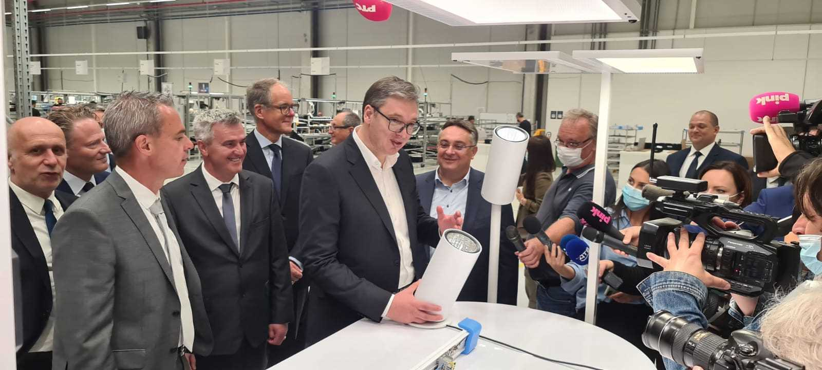 """Novi pogon svajcarske kompanije """"Regent lajtning"""" u Svilajncu, koja ce zaposliti vise od 120 radnika, presecanjem vrpce zvanicno je otvorio predsednik Srbije Aleksandar Vucic."""